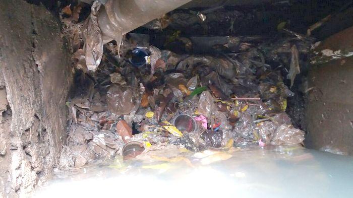 Penyebab Kemang Banjir karena Saluran Tersumbat Sampah