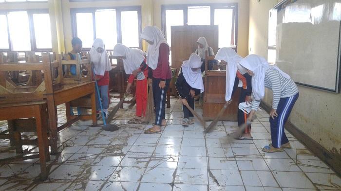 Sekolah Kena Banjir Bandang, Para Murid Jadi Tukang Bersih-bersih