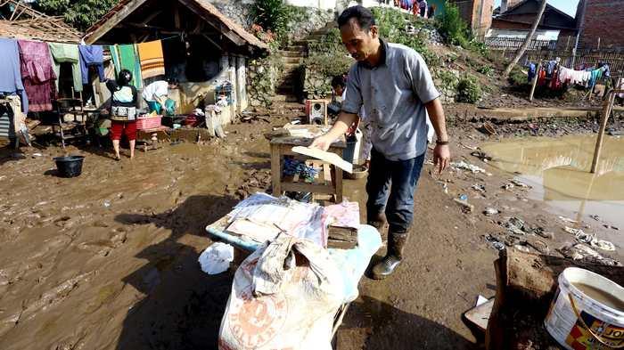 BERITA FOTO: Warga Bersihkan Barang Usai Banjir Bandang