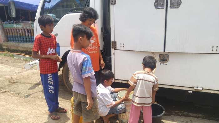 Krisis Air Bersih, Anak-anak Kecil Mulai Sibuk Mengantre