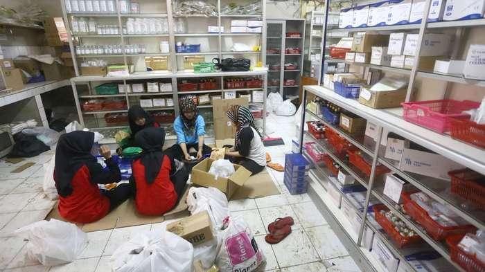 BERITA FOTO: Petugas Bersihkan Obat yang Terendam