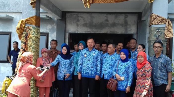 Bima Arya Datang, Kantor Kelurahan Dihias Pakai Batik