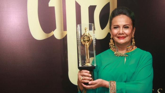 Christine Hakim menerima Piala Cita kategori Lifetime Achievement Awards di FFI 2016.