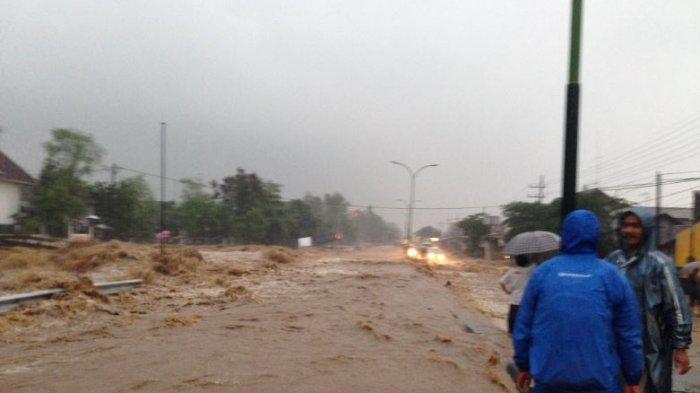 Air Bah Meluap ke Jalan Raya Malang-Surabaya, Arus Lalu Lintas Lumpuh