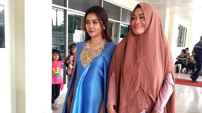 Nia Anggia dan Sri Wulansih, ibu mendiang Julia Perez di RSCM Salemba, Jakarta Pusat, Senin (15/5/2017).