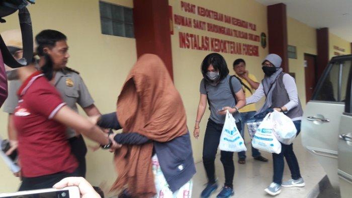 Keluarga Pelaku Bom Kampung Melayu Tiba di Rumah Sakit Polri Kramatjati, untuk Mengambil Janazah