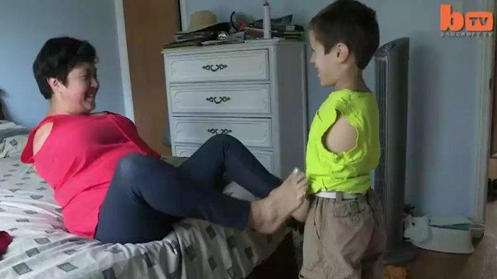 Beginilah Perjuangan Ibu dan Anak Tanpa Tangan Jalani Hidup