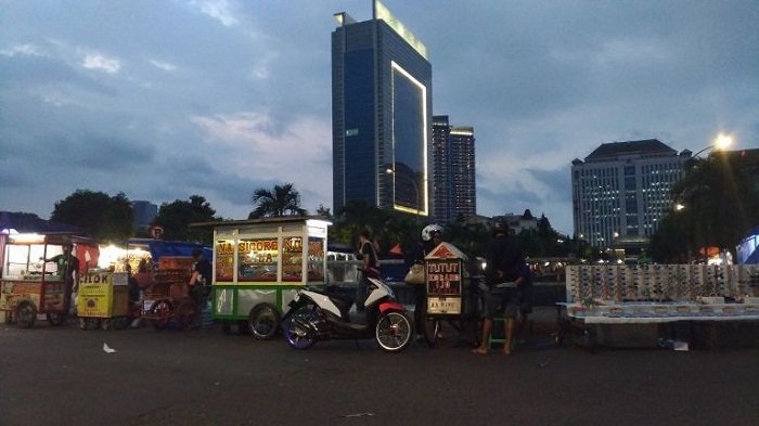 Jalan Puri Molek Dekat Gedung CNI Jadi Pasar Malam