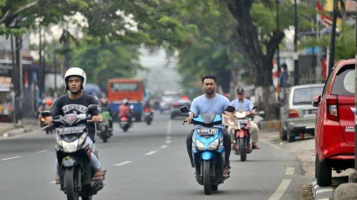 Para pengendara sepeda motor saat melintas melawan arus searah di Jalan Ciputat Raya, Kebayoran Lama, Jakarta Selatan, Rabu (6/9/2017).