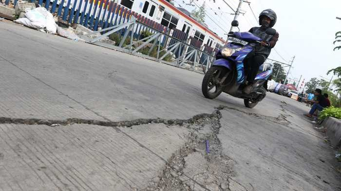Hati-hati Jalan Retak di Jalan Inspeksi Kali Duri Gambir
