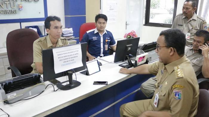 Gubernur Anies Tegur Staf PTSP Kelurahan Cikini