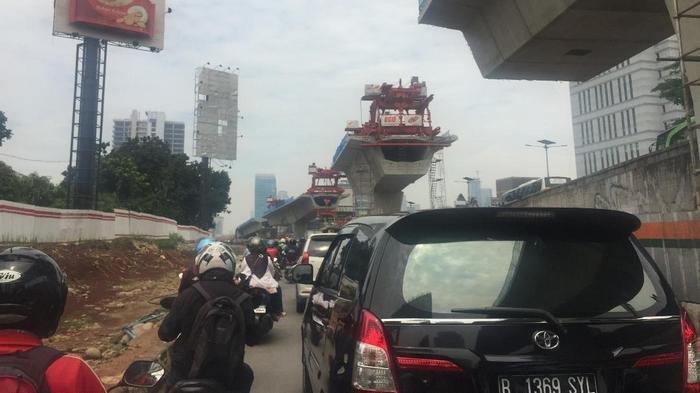 Arus Lalu Lintas di Jalan Gatot Subroto Padat