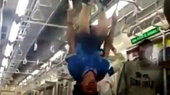 Siapa yang Bergelantungan di KRL Commuter Line Ini?