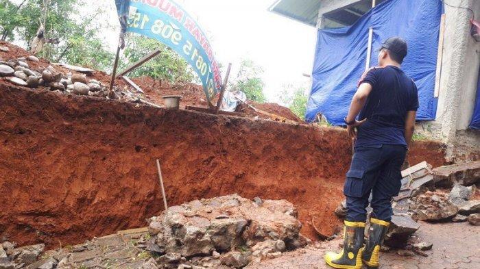 Hujan Deras Mengguyur Depok Tiga Rumah Terkena Longsoran Tanggul