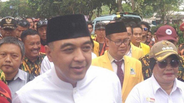 BAKAL pasangan calon Bupati dan Wakil Bupati Kabupaten Tangerang Ahmed Zaki Iskandar-Mad Romli berjalan kaki bersama para pendukungnya dari Kantor DPD Golkar Kabupaten Tangerang menuju Kantor KPU Kabupaten Tangerang, Rabu (10/1/2018).