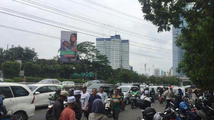 Parkir di Pinggir Jalan, Arus Lalin di Depan Gedung Capital Place Tersendat