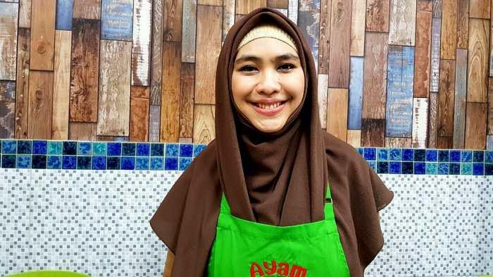 Oki Setiana Dewi ditemui di gerai bisnis kulinernya di Jalan Taman Palem Lestari Blok B 16 No 18, Cengkareng, Jakarta Barat, Sabtu (13/1/2018).