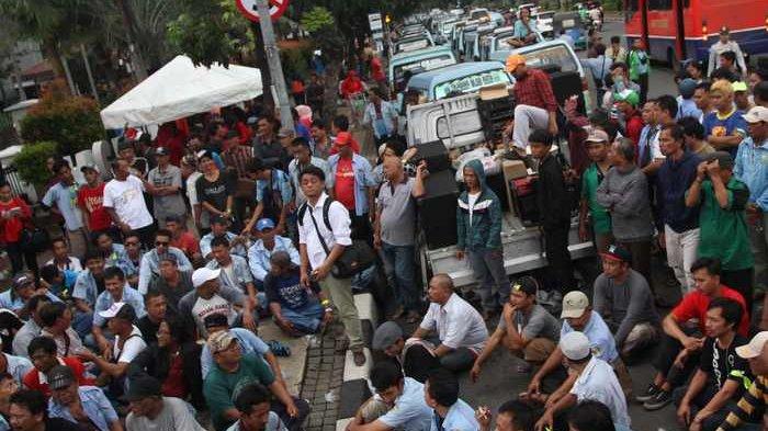 BERITA FOTO: Beginilah Aksi Protes Sopir Angkot di Depan Gedung DPRD