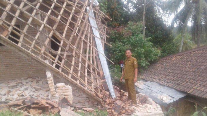 Rumah Warga di Depok Ambruk Diterjang eras dan Angin Kencang, Nyaris Rata dengan Tanah