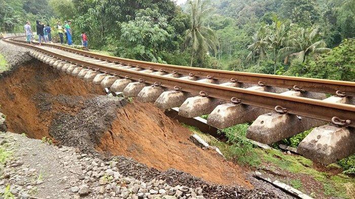 Tanah Lintasan Kereta Api Bogor-Sukabumi Amblas 15 Meter, Perjalanan Terganggu