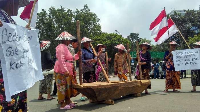 9 Kartini Rembang Menabuh Lesung di Depan Istana Presiden