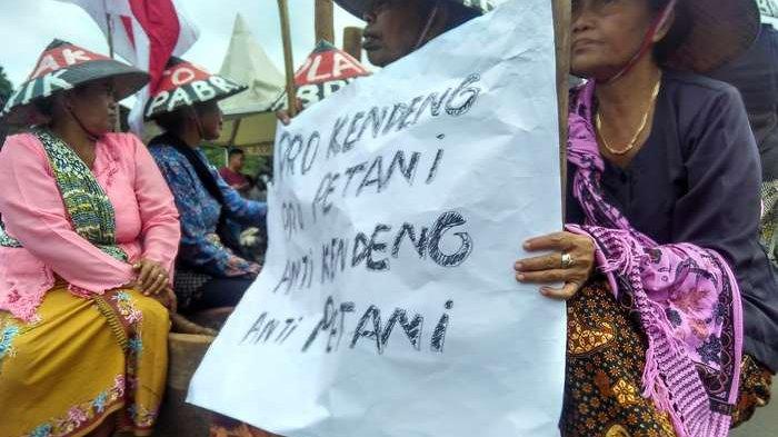 Kartini Pegunungan Kendeng Habiskan 7 Juta untuk Tabuh Lesung di Depan Istana Presiden