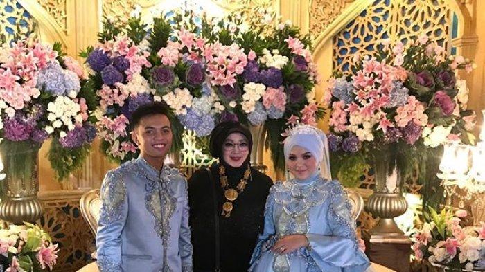 Pernikahan Muhammad Prayudha dengan Nur Zahirah dan Rina Gunawan sebagai wedding organizer.
