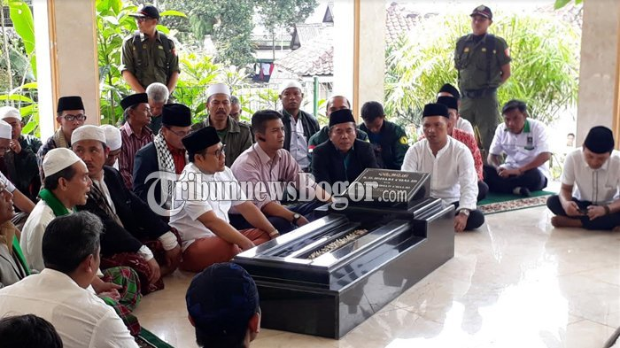 Senin Besok Dilantik Jadi Ketua MPR, Cak Imin Ziarahi Makam Idham Chalid di Puncak Bogor