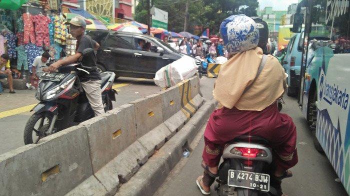 PKL Kuasai Trotoar, Tanah Abang Makin Semrawut