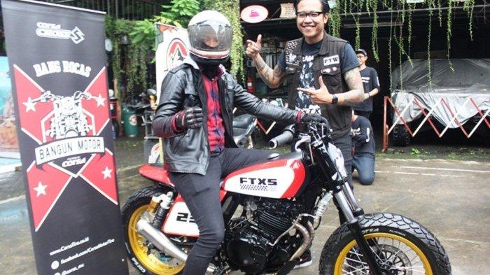 PEGIAT motor Gofar menyerahkan motor custom rancangan Lawless Garage Jakarta kepada Rocas di Yesterday Backyard Cafe, Jakarta Selatan, Selasa (24/4/2018).