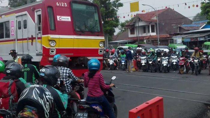 Banyak Pengendara Tantang Maut Dilintasan Kereta Api di Pondok Rumput Bogor
