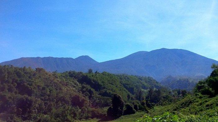 PEMANDANGAN gususan gunung Gede Pangrango lereng selatan dilihat dari Selabintana, Sukabumi, Jawa Barat, Jumat (1/6/2018). Dari kiri ke kanan, gunung Gumuruh, Gede, Pangrango, dan Masigit.