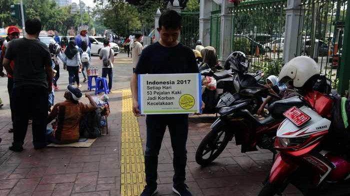 BERITA FOTO: Koalisi Pejalan Kaki Gelar Aksi Kritisi Fungsi Trotoar