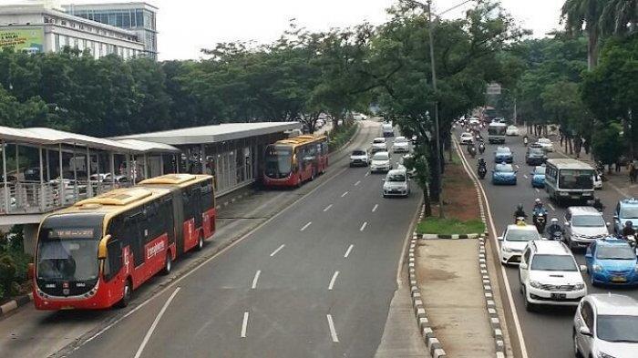 Bus Transjakarta Terguling di Depan Kantor Ditjen Pajak