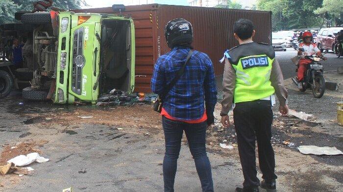 BERITA FOTO: Truk Terguling Ini karena Menghindari Kendaraan yang Menyalip