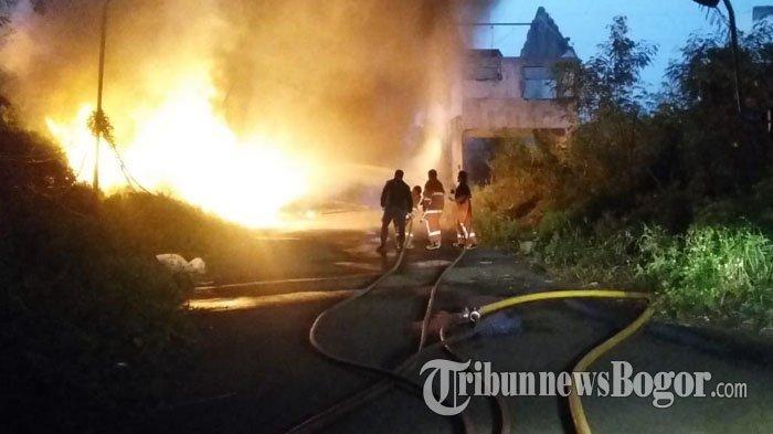 Puluhan Hewan Kurban di Sholeh Iskandar Kota Bogor Stres Akibat Kobaran Api Ban Bekas