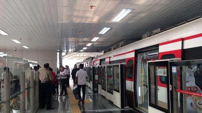 Uji Coba Operasi LRT Jakarta, Warga: Rasanya Enak, Kayak di Luar Negeri