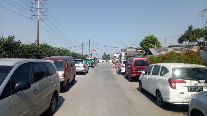 Warga Manfaatkan Ruas Jalan Inspeksi Kali Mookevart Menjadi Lahan Parkir Kendaraan