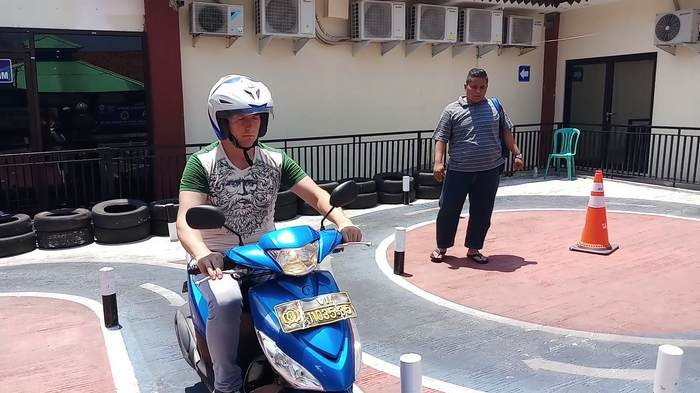 Sumringahnya Bule Warga Negara Belarusia Lulus Ujian SIM di Polres Metro Bekasi