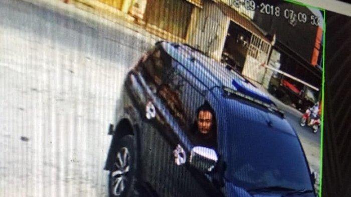 Terekam CCTV, Bawa Mobil Pajero Lelaki Ini Mencuri Kotak Amal di Pasar Kemis Tangerang