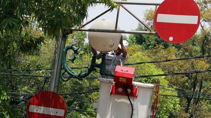 BERITA FOTO: Begini Cara Petugas Lakukan Perawatan Penerangan Jalan Umum
