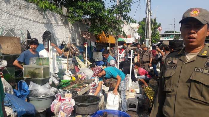 Katanya Shock Therapy, Pedagang Acungkan Golok ke Petugas di Bekasi Dibebaskan