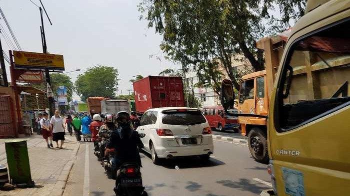 Lalu Lintas Jalan Negara di Kota Bekasi Semrawut
