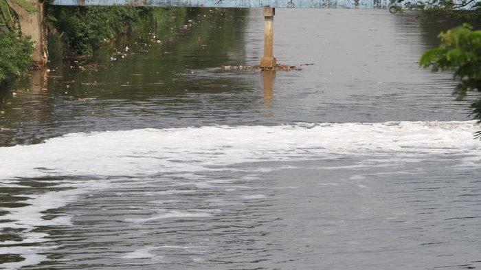 BERITA FOTO: Kali BKB Berbusa Diduga karena Buangan Limbah Rumah Tangga