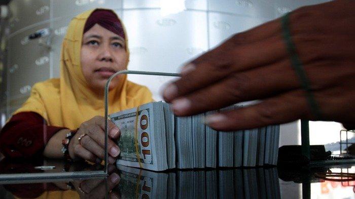 Suasana penukaran uang di Money Changer VIP di Jalan Menteng Raya, Menteng, Jakarta Pusat, Senin (8/10/2018).