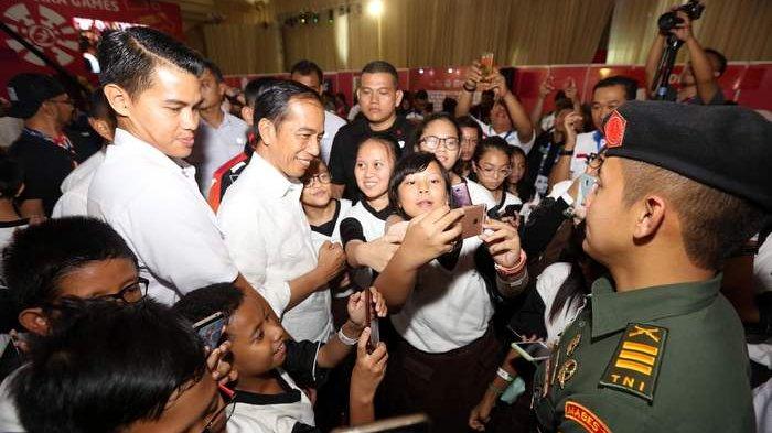 BERITA FOTO: Begini Gaya Presiden Jokowi saat Layani Selfie Siswa SMP
