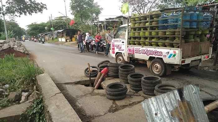 Camat Koordinasi dengan Dinas PUPR Depok Perbaiki Jalan Amblas di Cipayung