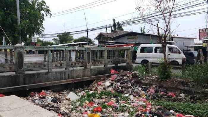 Saluran Air Jalan Kaliabang Bekasi Utara Dangkal dan Penuh Sampah
