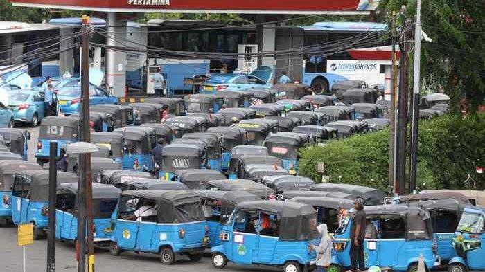 BERITA FOTO: Beginilah Nasib Sopir Bajaj karena Tempat Pengisian Gas Sedikit