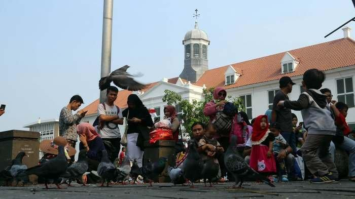 Sejumlah warga berlibur mengunjungi Kota Tua, Jakarta Barat, Selasa (20/11/2018).